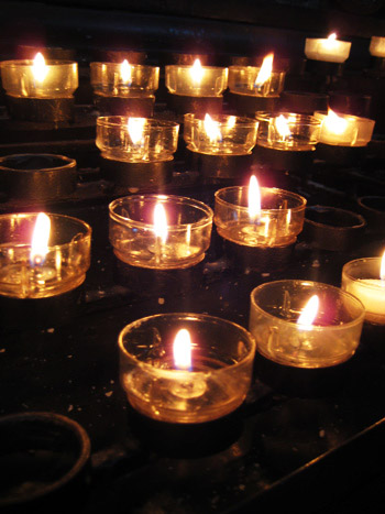 prayer candles at notre dame du paris